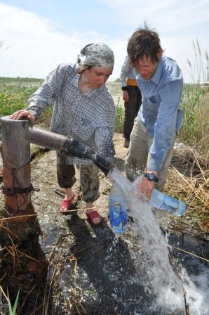 Набираем воду в артезианке